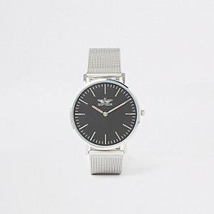 Zilverkleurig horloge met platte ronde wijzerplaat en mesh bandje