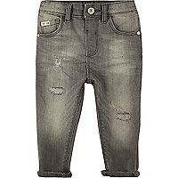 Graue Jeans im Used-Look