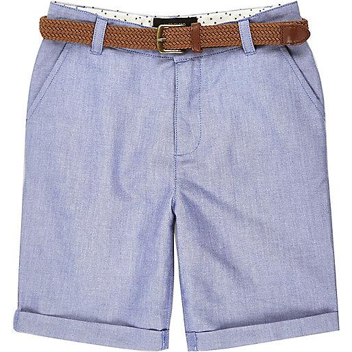 Blaue Oxfort-Shorts mit Gürtel