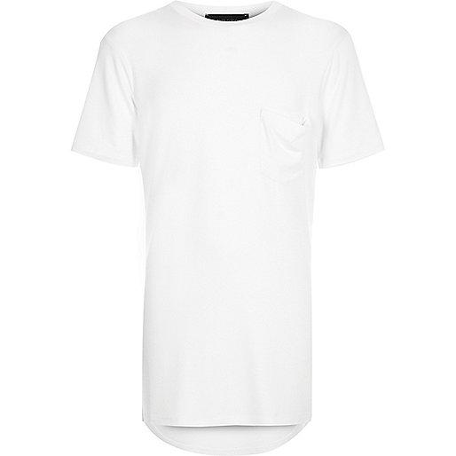 Weißes, lang geschnittenes T-Shirt