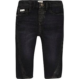Dunkelblaue Jeans mit verdrehtem Saum