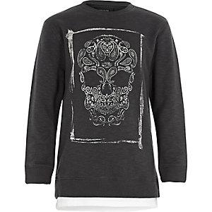 Grauer Pullover mit Totenkopfmotiv
