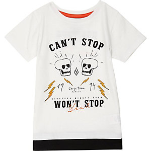 Weißes T-Shirt im Lagen-Look mit Totenkopfmotiv