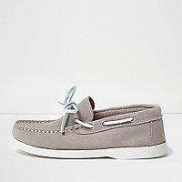 Chaussures bateau en daim grège pour garçon