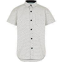 Weißes Hemd mit Totenkopf- und Knochenmotiv
