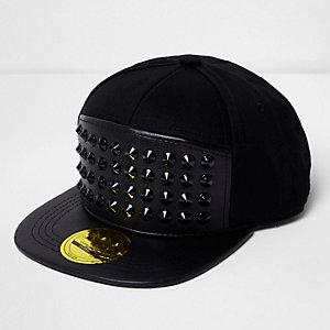 Schwarze, nietenverzierte Kappe