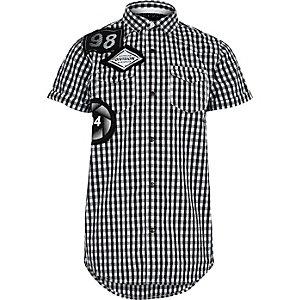 Jungen – Schwarzes, kariertes Kurzarmhemd mit Aufnäher