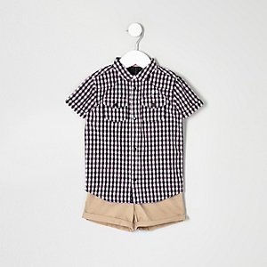 Outfit mit pinkem Hemd und Shorts