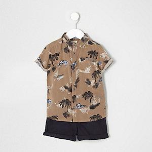 Braunes Outfit mit Shorts und Hemd mit Palmenmotiv