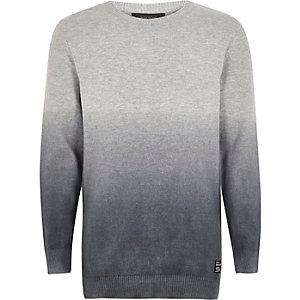 Grauer, verwaschener Pullover
