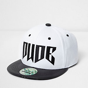 Weiße Kappe mit flacher Krempe