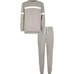 Grauer Pullover und Jogginghose