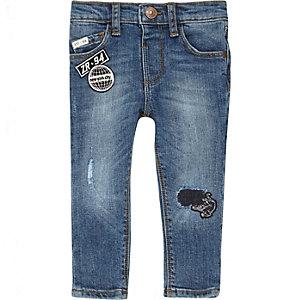 Blaue Slim Fit Jeans mit Aufnäher
