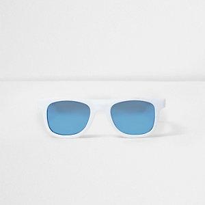 Weiße Sonnenbrille mit blauen Gläsern