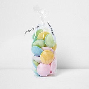 Mehrfarbige Süßigkeiten als fliegende Untertasse