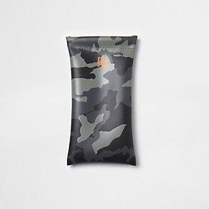 Kakigroen zonnebriletui met camouflageprint voor jongens