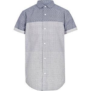 Chemise bleue avec empiècement à imprimé géométrique et manches courtes pour garçon