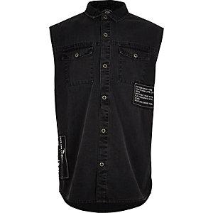 Zwart mouwloos denim overhemd met badges voor jongens