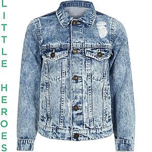 Blaue Jeansjacke im Used-Look