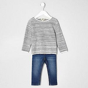 Set mit grauem Pullover und blauer Jeans