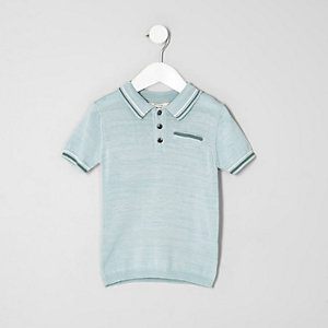 Hellblaues Polohemd mit Kontraststreifen