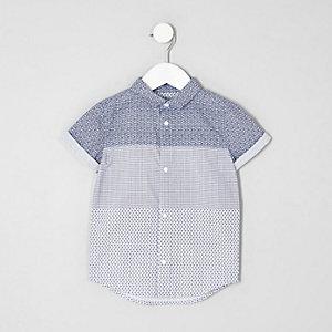Chemise bleue avec empiècement à imprimé géométrique et manches courtes mini garçon