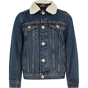 Blaue Jeansjacke mit Fellkragen