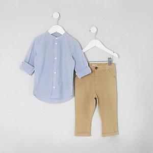 Outfit mit blauem, gestreiftem Hemd und Chinos