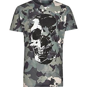 Grünes T-Shirt mit Camouflage-Muster und Totenkopfmotiv