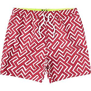 Rote Badeshorts mit geometrischem Muster