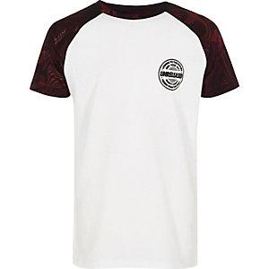 T-Shirt in Weiß und Rot mit Raglanärmeln