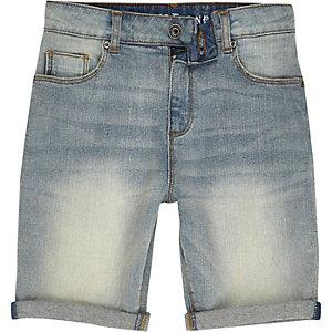 Blaue Jeansshorts mit Spray-Effekt