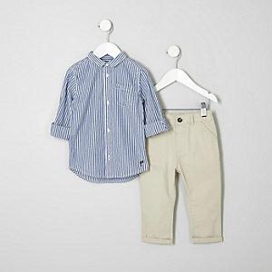 Outfit mit marineblau gestreiftem Hemd und Chinos