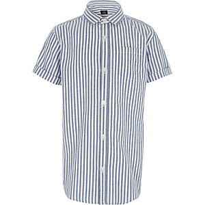 Blaues gestreiftes kurzärmliges Hemd