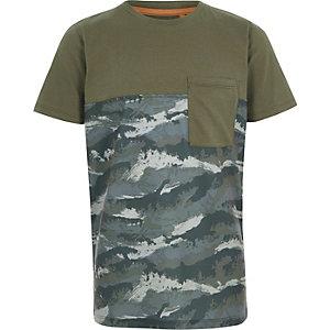 Kaki T-shirt met camouflageprint en kleurvlakken voor jongens