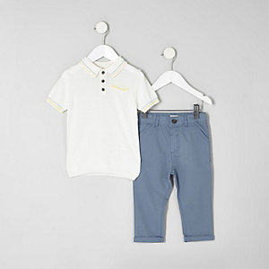 Outfit mit weißem Polohemd und blauen Chinos