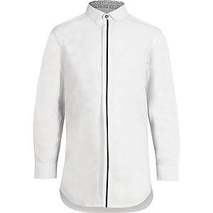 Chemise blanche à liseré sur le devant et manches longues pour garçon