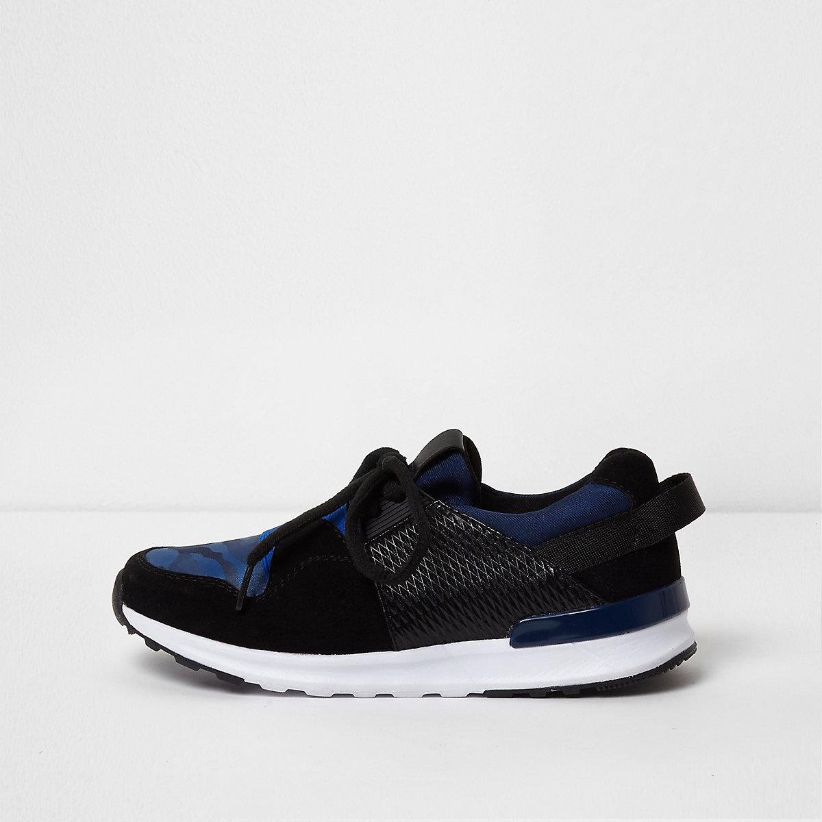 Blaue Sneaker mit Einsatz und Camouflage-Muster