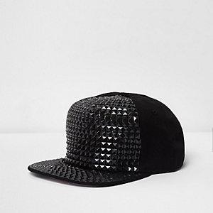 Schwarze, nietenverzierte Kappe mit Verzierung