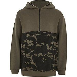 Kakigroene hoodie met camouflageprint en kleurblokken voor jongens