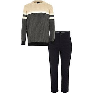 Outfit mit grauem Pullover und Chino