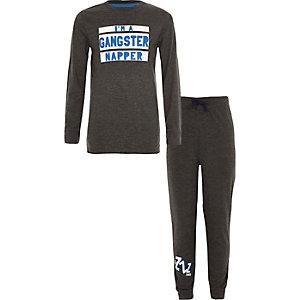 Grijze pyjamaset met 'gangster napper'-print voor jongens