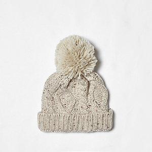 Bonnet en maille torsadée crème à pompon mini garçon