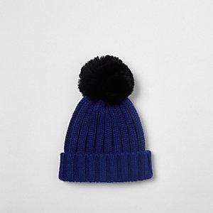 Blaue Beanie mit Kunstfell-Pompon
