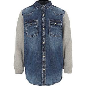 Blaues Jeanshemd mit Jerseyärmeln