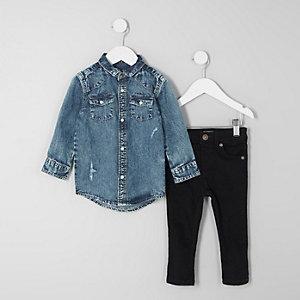 Outfit mit blauem Jeanshemd und Jeans