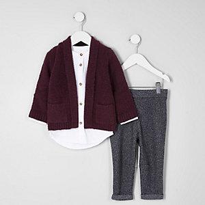 Outfit mit roter Strickjacke und weißem Hemd