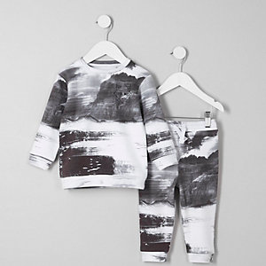 Outfit mit Sweatshirt mit Print