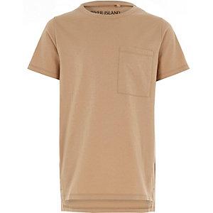 Camelkleurig T-shirt met verlengde zoom voor jongens