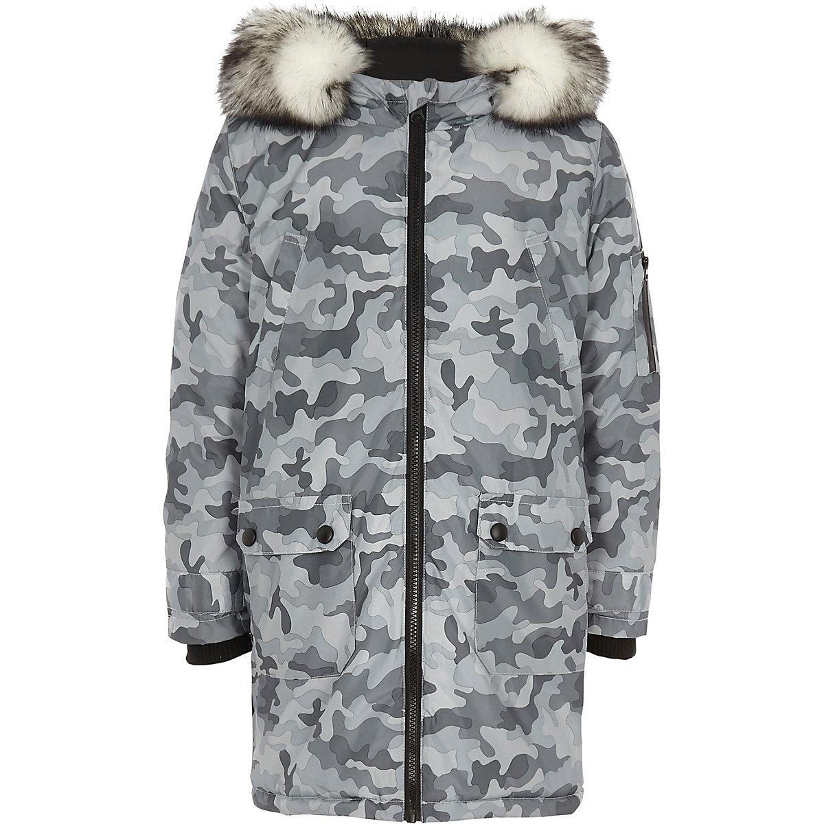 Parka grise motif camouflage avec bordures en fausse fourrure pour garçon
